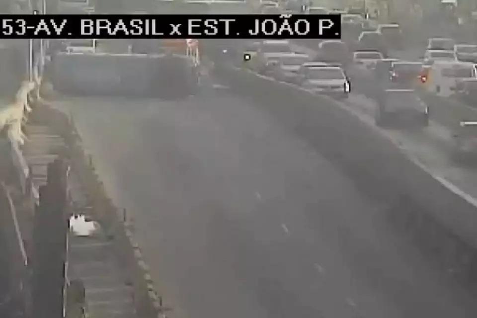 Rio: Micro-ônibus tomba deixando seis feridos na Avenida Brasil em Barros Filhos