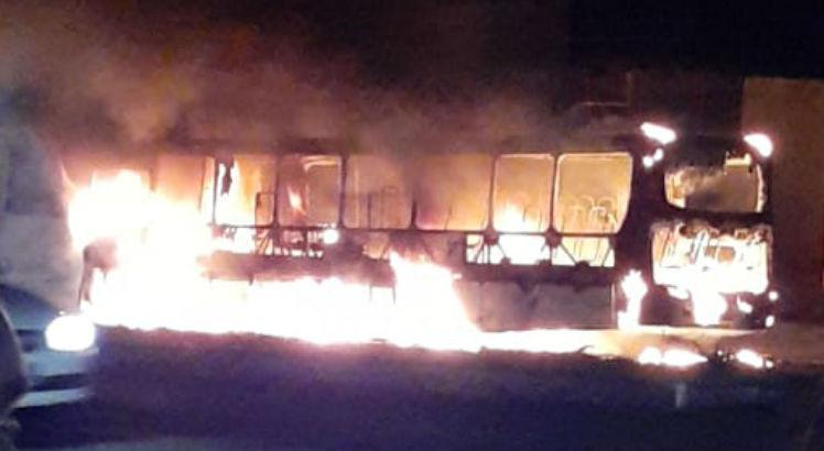 PE: Ônibus é incendiado na cidade de Paulista