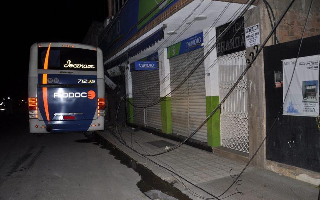 RJ: Acidente com ônibus da Viação Rio Doce destrói fachada de farmácia em Itaperuna