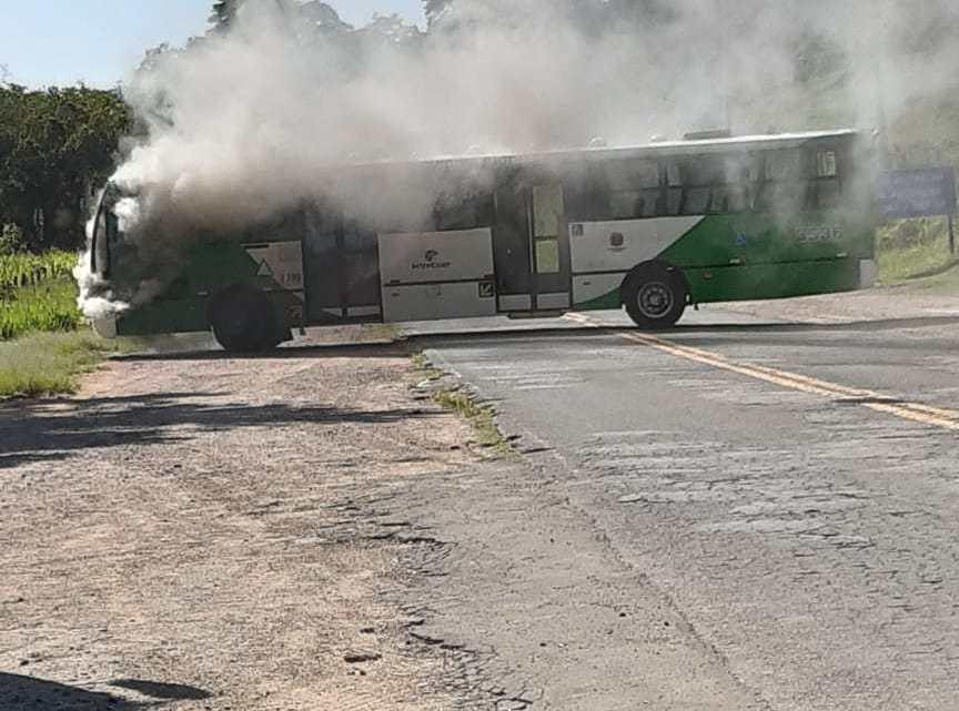 SP: Ônibus urbano pega fogo em Campinas e chama atenção