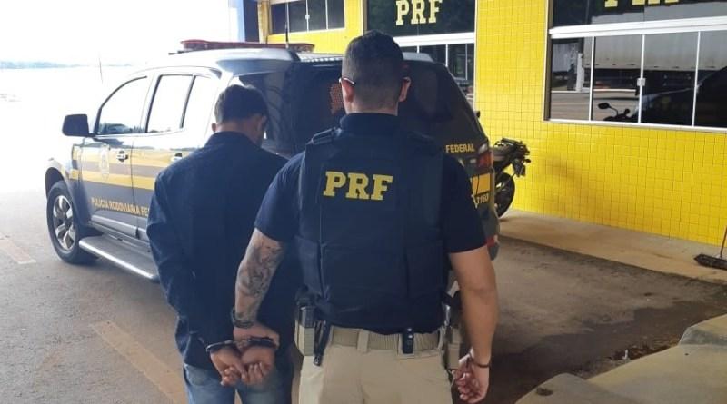 PRF prende passageiro de ônibus com quase 2kg de maconha na BR-364 em Vilhena/RO