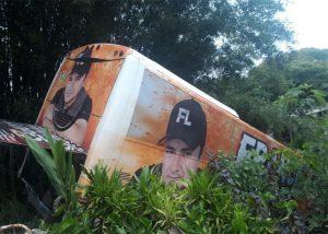 SP: Ônibus do cantor Francis Lopes sofre acidente em Itapecerica da Serra