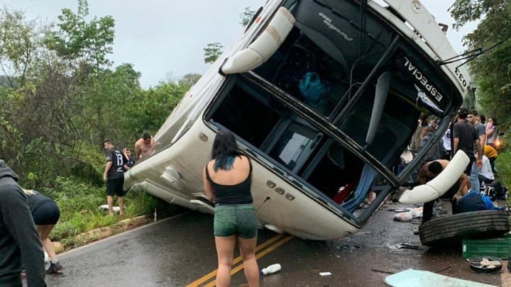 MG: Ônibus com 51 estudantes tomba na BR-259