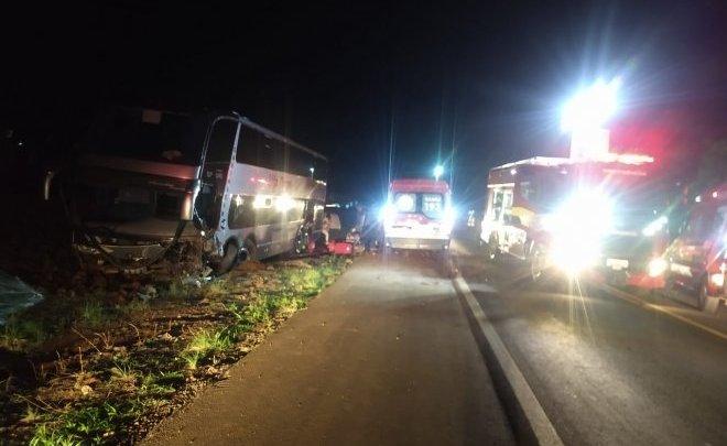 SC: Acidente entre dois carros e ônibus de turismo deixa dois mortos na BR-282