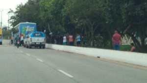 RJ: Bandidos trocam tiros com policiais e invadem ônibus em Macaé
