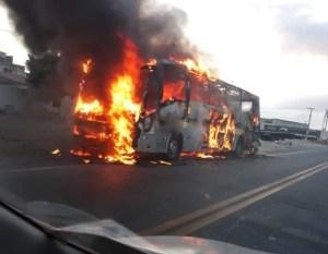 CE: Ônibus acaba pegando fogo na BR-222 na Região Metropolitana de Fortaleza