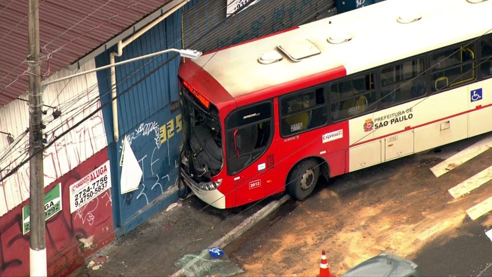 Acidente com ônibus deixa dois passageiros feridos na Zona Leste de São Paulo