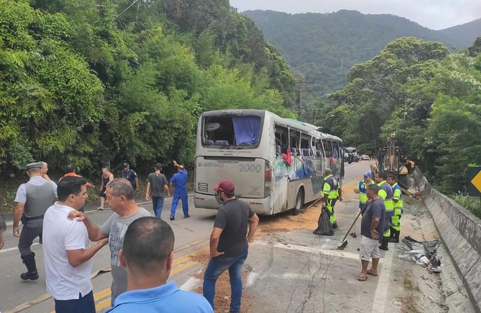 SP: Motorista de fretado que tombou na Rio x Santos não tinha autorização para viajar diz empresa à polícia