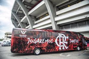 Flamengo chega ao Rio nesta manhã de domingo. Ônibus já está pronto para transportar equipe para a festa na Avenida Presidente Vargas