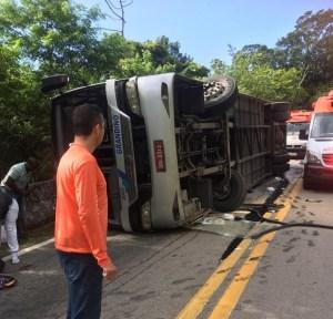 SP: Ônibus tomba na Rio x Santos deixando um morto e 41 feridos