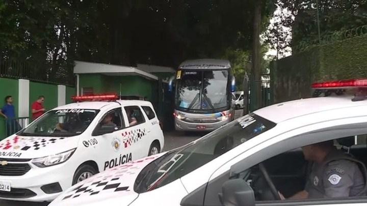Palmeiras deixa o CT em São Paulo com ônibus fretado para não chamar atenção