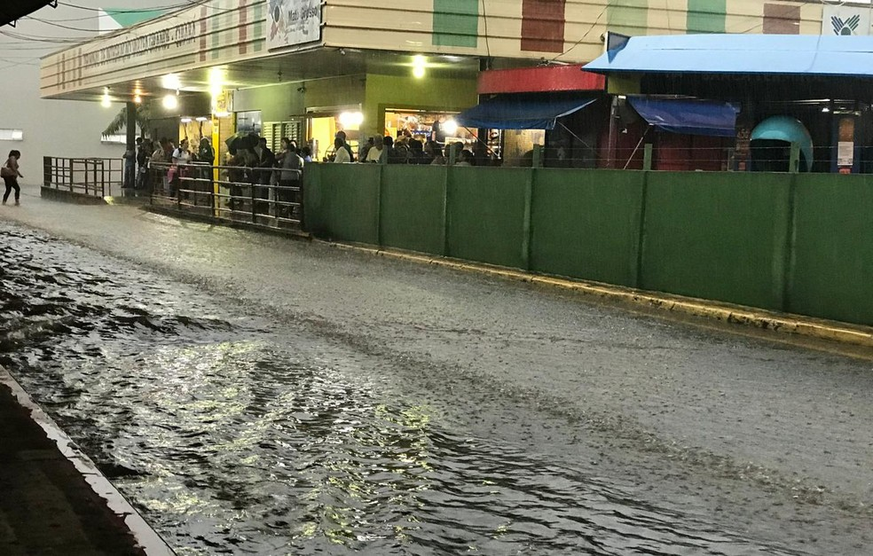 MT: Terminal de ônibus de Várzea Grande acaba alagado