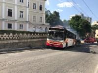 RJ: Ônibus da Petro Ita pega fogo após derrubar poste no Centro de Petrópolis