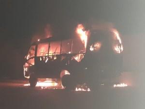 Micro-ônibus escolar acaba destruído pelo fogo em Tocantins