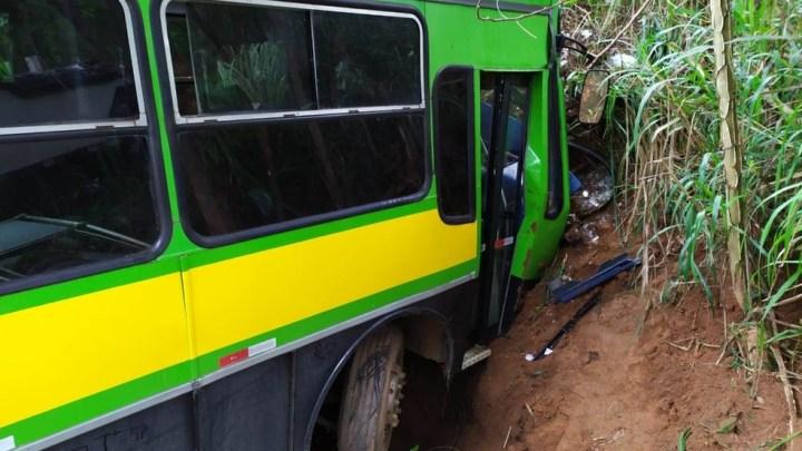 ES: Acidente entre carro e ônibus deixa um morto e 40 feridos