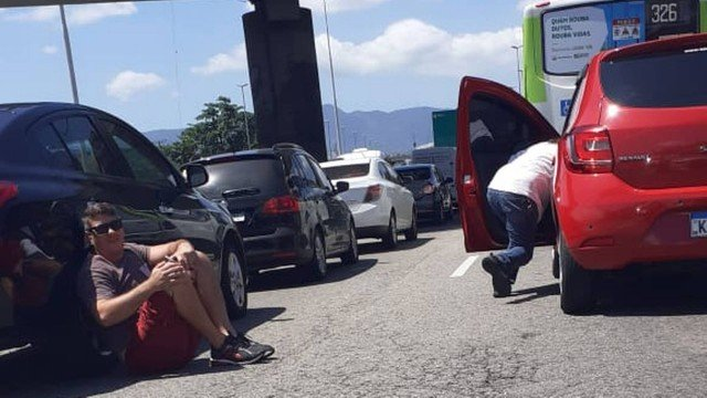 Rio vive clima de guerra com tiroteio na Avenida Brasil nesta manhã