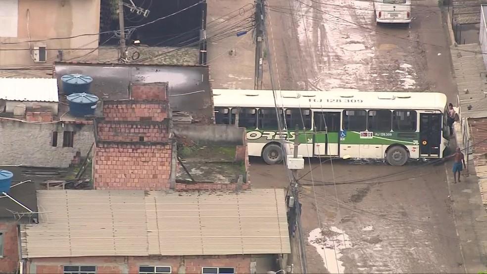 RJ: Bandidos usam ônibus como barricada durante operação policial em Belford Roxo