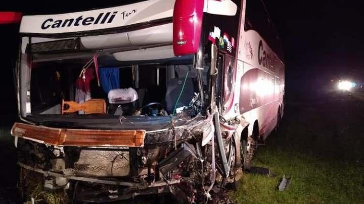SC: Acidente entre carro e ônibus da Cantelli Tur deixa 2 mortos na BR-116