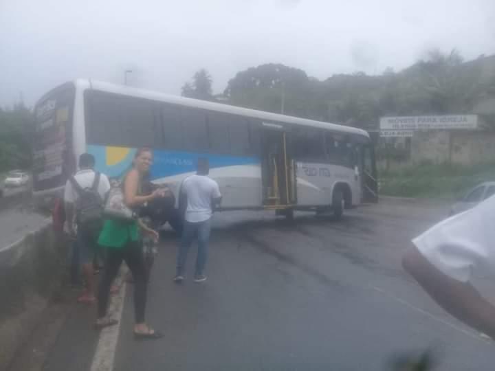 RJ: Acidente com ônibus da Viação Rio Ita bloqueia a RJ-104 em Niterói
