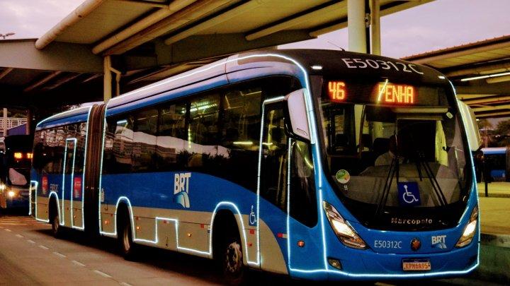Ônibus iluminado do BRT Rio vira motivo de reclamação de clientes que usam o serviço diariamente