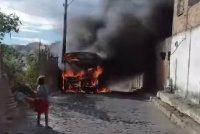 BA: Ônibus acaba incendiado em Poções neste sábado 30