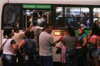 RJ: Moradores de Campos dos Goytacazes realizam manifestação contra ônibus lotados