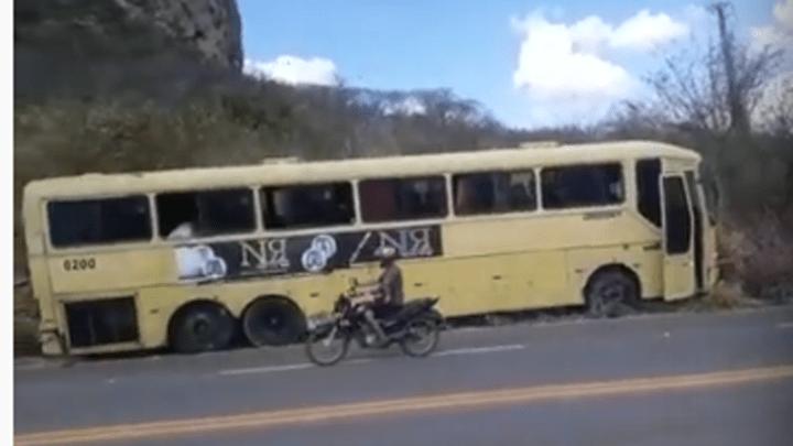 CE: Ônibus rodoviário sai da pista na estrada CE-187