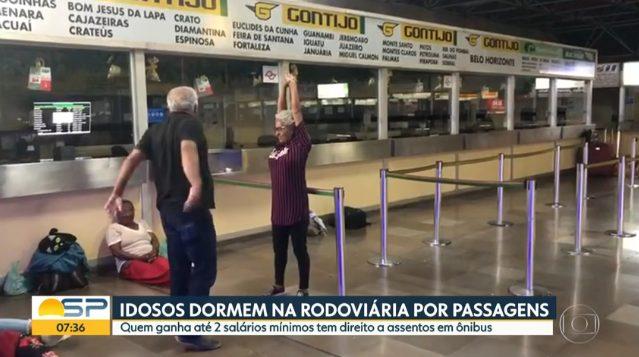 Passageiros Idosos dormem na Rodoviária do Tietê para conseguir passagem interestadual gratuita