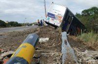 CE: Ônibus da Fretcar cai em barranco de rodovia em Caucaia
