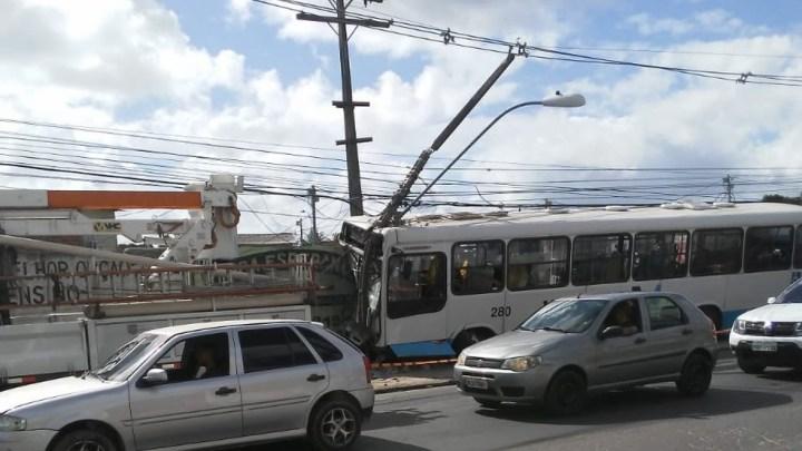 Acidente com ônibus urbano deixa 3 feridos no Recife