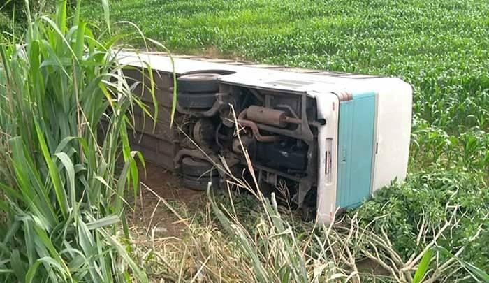 MG: ônibus que saiu de BH tomba na BR-116 e deixa 10 feridos na véspera de Natal