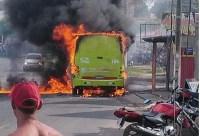 Vídeo: ônibus pega fogo após colidir com moto na zona Leste de Teresina
