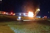 SP: Ônibus pega fogo em Jacareí na Via Dutra nesta noite de quinta-feira 26