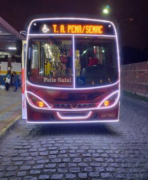 PR: Ônibus de Luz com Papai Noel motorista circula em São José dos Pinhais