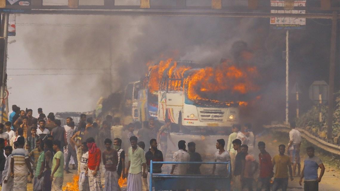 Índia: 15 ônibus são incendiados durante protesto que dura 4 dias