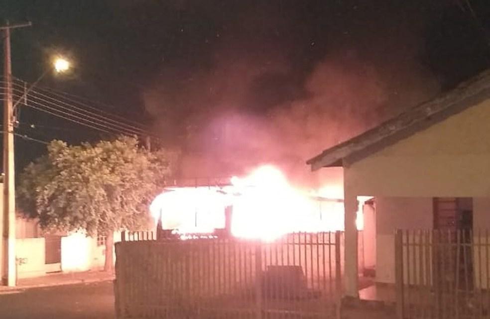 SP: Ônibus urbano pega fogo em Auriflama