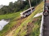 TO: Ônibus sai da pista e cai em ribanceira em Gurupi