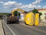 CE: Micro-ônibus escolar tomba em Juazeiro do Norte