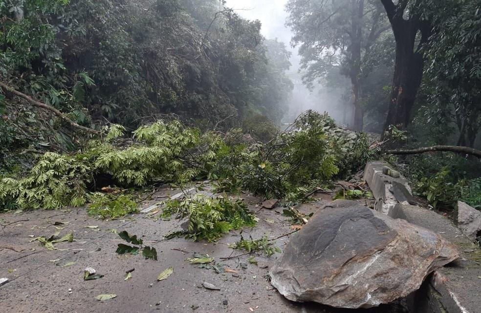 RJ: Queda de barreira na BR-040 na Serra de Petrópolis atrasa viagens