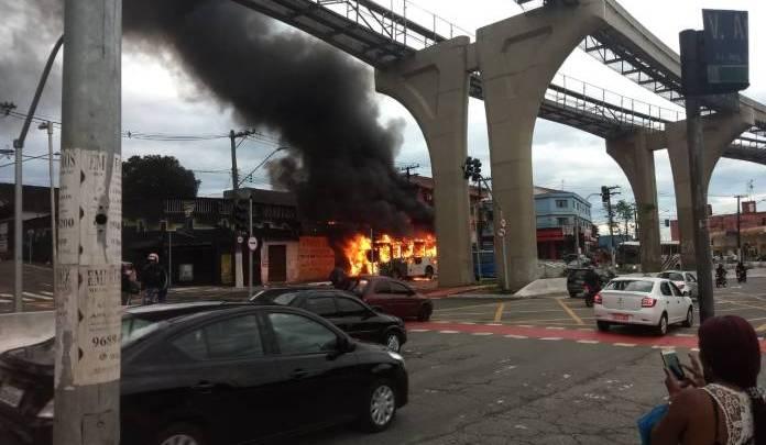 Ônibus pega fogo na Avenida Sapopemba em São Paulo