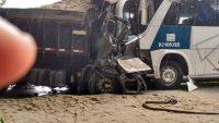 RJ: Acidente entre ônibus da Auto Viação 1001 e Caminhão deixa 1 morto na RJ-106