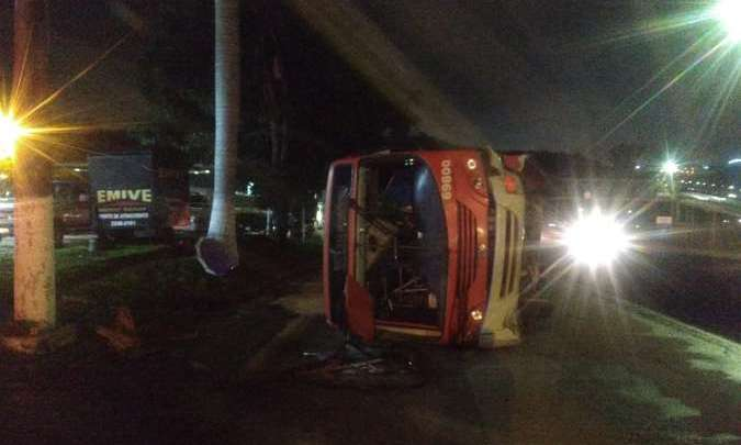 Ônibus tomba deixando 21 feridos na Grande Belo Horizonte