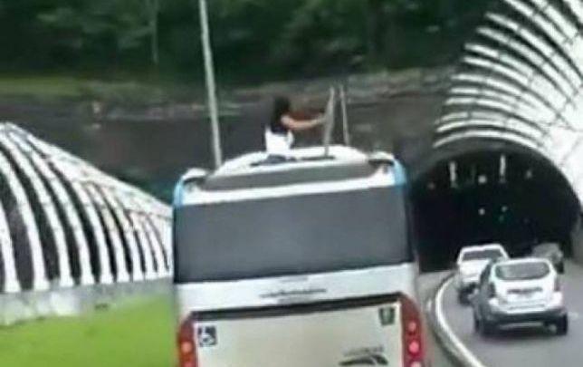Vídeo: Ônibus do BRT Rio segue viagem com mulher pendurada em alçapão