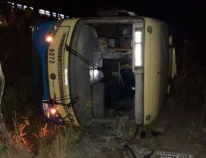 PE: Ônibus da Expresso 1002 tomba em São Lourenço da Mata