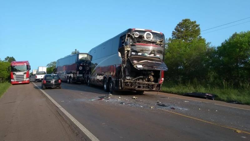 RS: Acidente com três ônibus de excursão na BR-290 deixa um ferido em Cachoeira do Sul