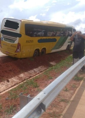 MG: Ônibus da Gontijo sai da pista na BR-381 em Bom Jesus do Amparo