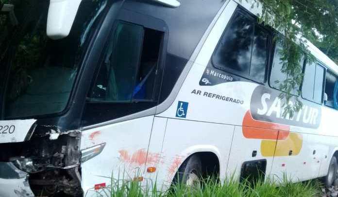 MG: Acidente entre moto e ônibus da Saritur deixa um morto na MG-120 em Ferros