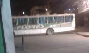 RJ: Traficantes usam ônibus da Flores para fechar rua durante intenso tiroteio em Belford Roxo