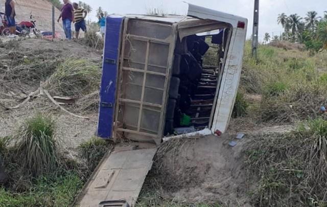 AL: Ônibus tomba em Maragogi e deixa vários feridos na manhã deste domingo