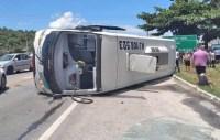 RJ: Micro-ônibus da 1001 tomba em Casimiro de Abreu nesta sexta-feira